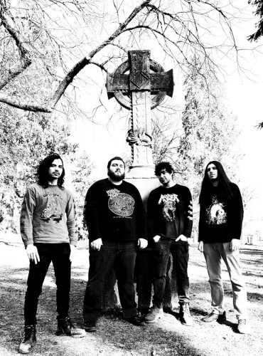 Fotografia zespołu na tle krzyża